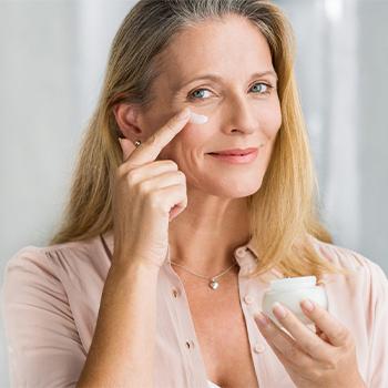 anti age bakım yapan kadın